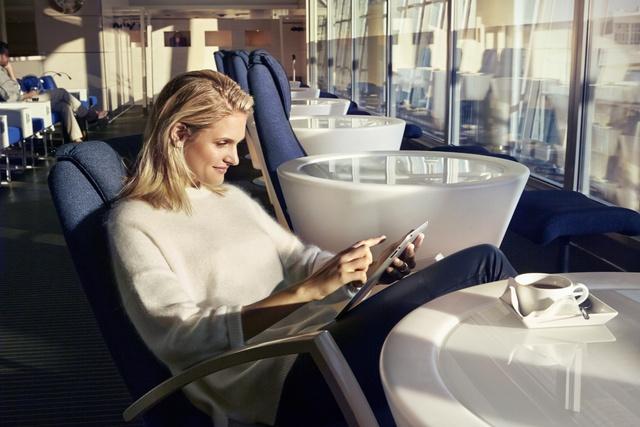 Ventur Travel, leyendo en la sala de espera.jpg