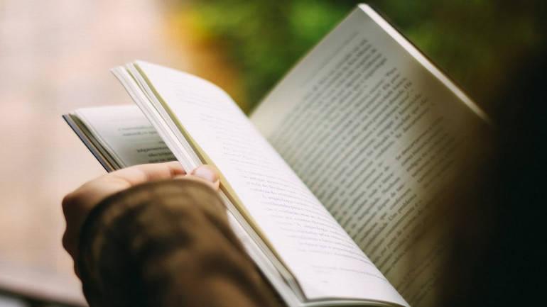 Ventur Travel, leyendo libro mientras se espera.jpg